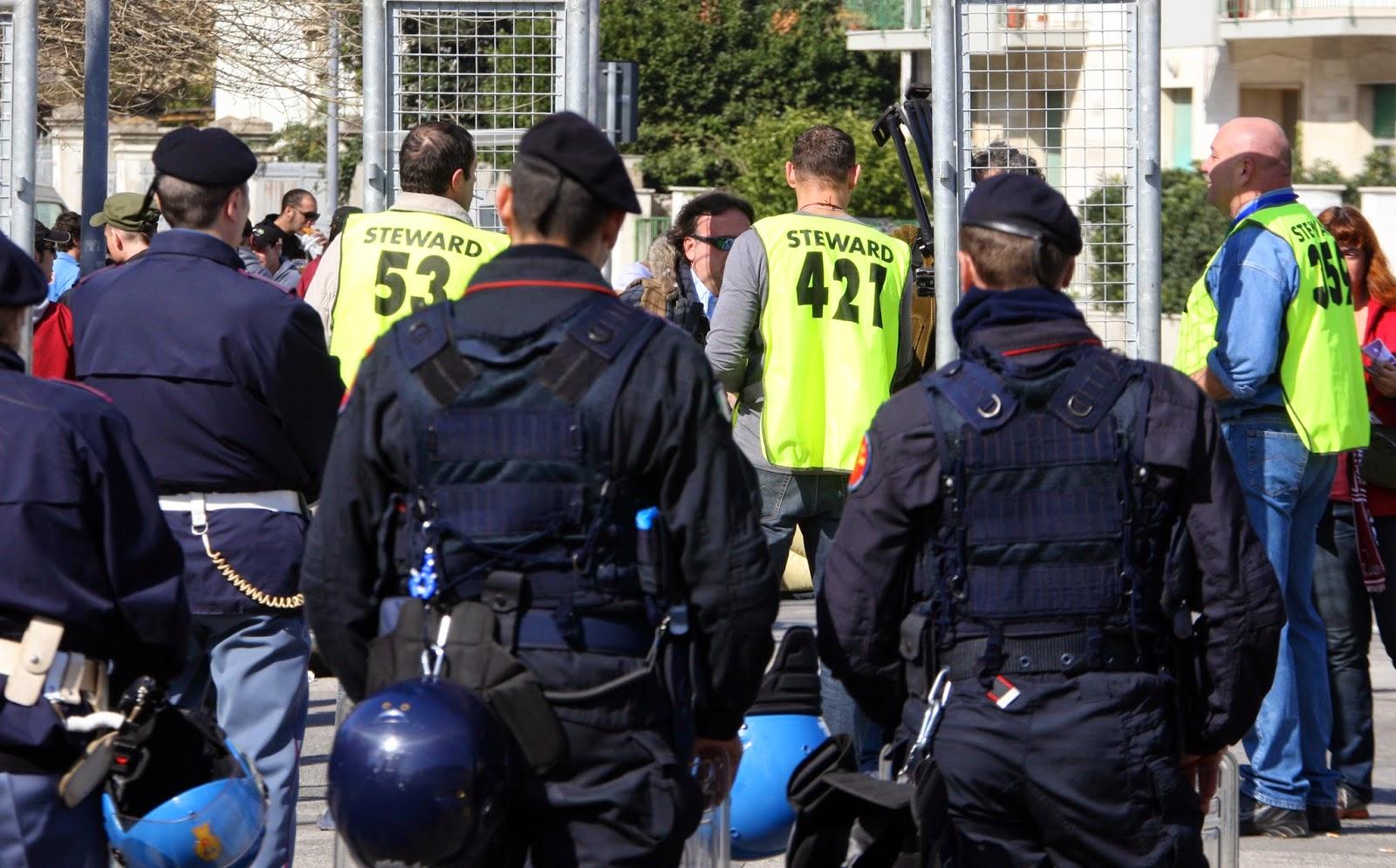 Roma-Lazio: i tifosi si riprendono il derby, bandiere e fumogeni nelle