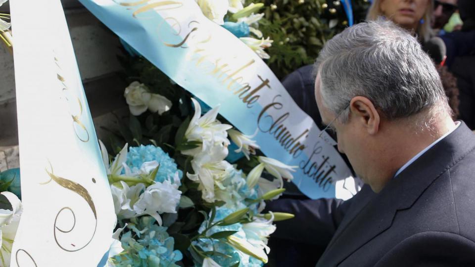 Insulti antisemiti: gettati nel Tevere i fiori donati da Lotito alla sinagoga