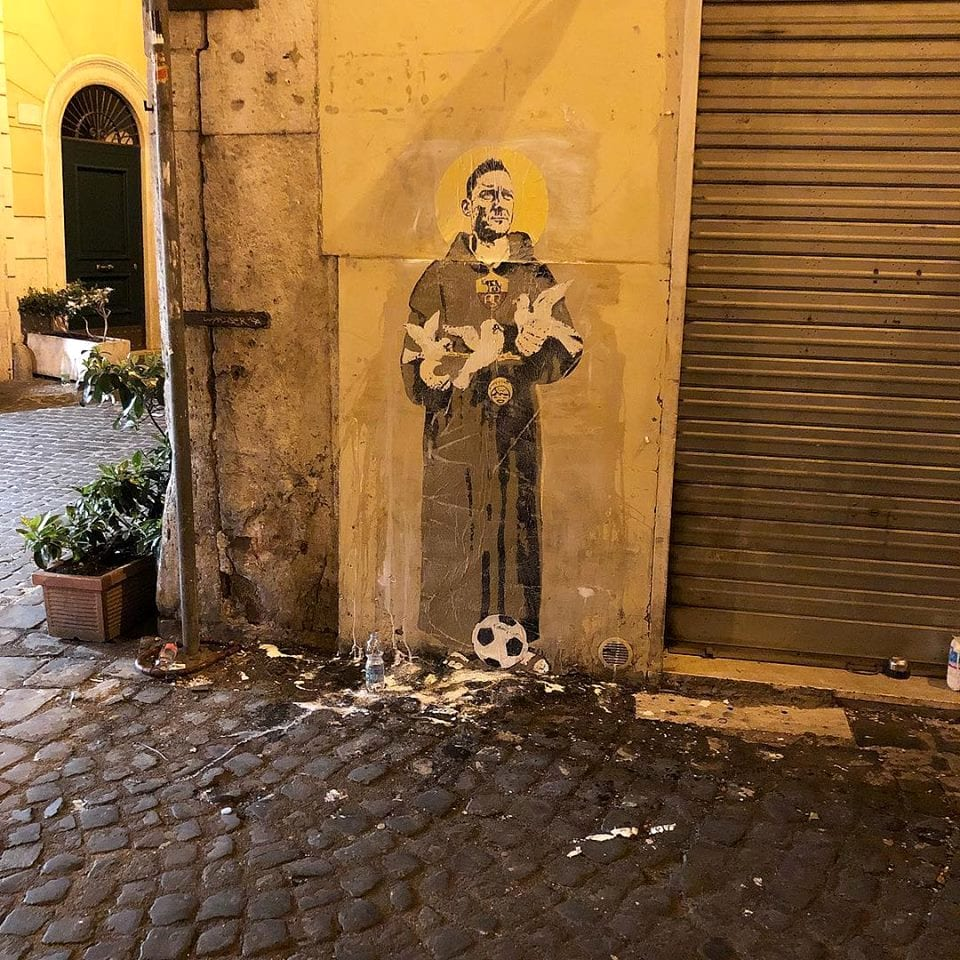 Totti diventa San Francesco: nuovo murale a Roma